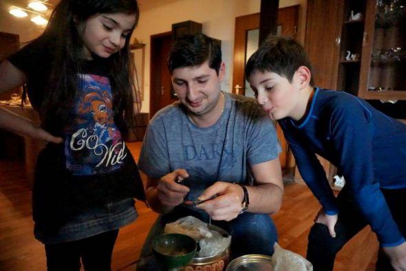 Anano, Giorgi und David (von links) erklären die georgischen Traditionen. Zum Beten gehört Weihrauch-Duft…