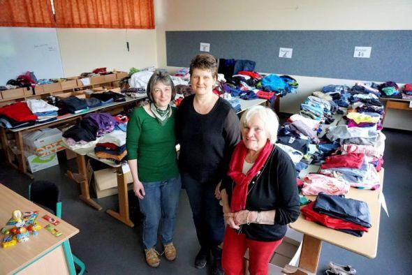 Arbeiten ehrenamtlich in den Räumen der Oberschule Bad Sachsa (von links): Nicola Imhof, Michaela Polley und Silke Müller in der Kleiderkammer.