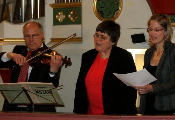 Dr. Sellier (Violine), Isabel Schäfer (Sopran) und Dorothea Peppler (Orgel)