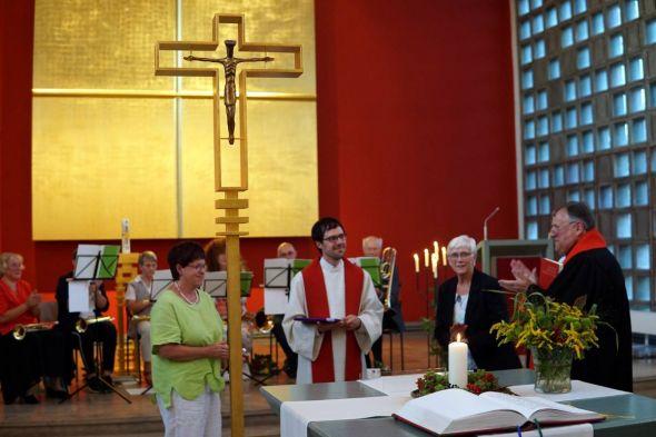 Superintendent Volkmar Keil (rechts) ernennt Gerhard Bergner zum Pastor auf Lebenszeit