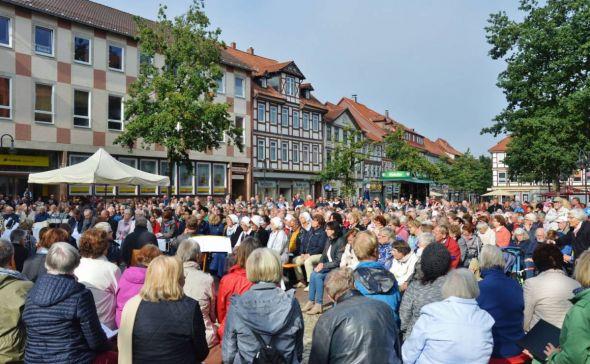 Viele Menschen kamen am Sonntagmorgen auf den Kornmarkt ...