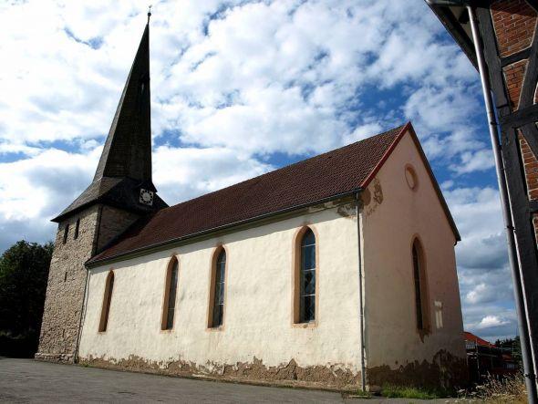 """Rund um die Kirche in Bartolfelde trägt der Kirchenvorstand Verantwortung für die """"drei Gs""""– Gebäude, Gelände und Gottesdienste. (Foto: Boris Janssen)"""