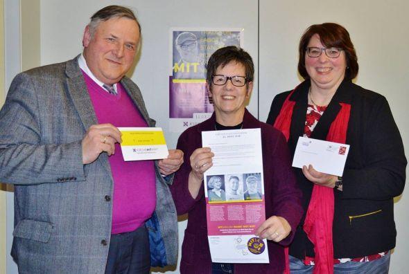 Vielleicht etwas überdesignt: Volkmar Keil, Ingrid Baum und Christa Eulert präsentieren die Wahlbenachrichtigungskarten.