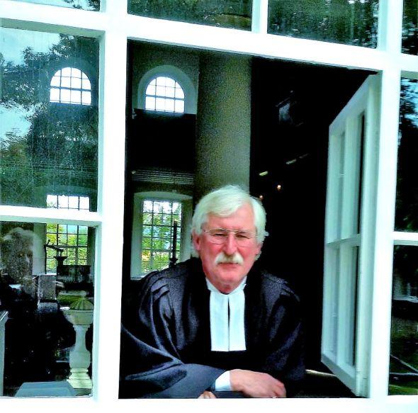 Velegt sein Handwerk jetzt ins Private: Pastor Bernhard Sulimma im Fenster der Nicolai-Kirche. (Foto: Hannelore Nolte)