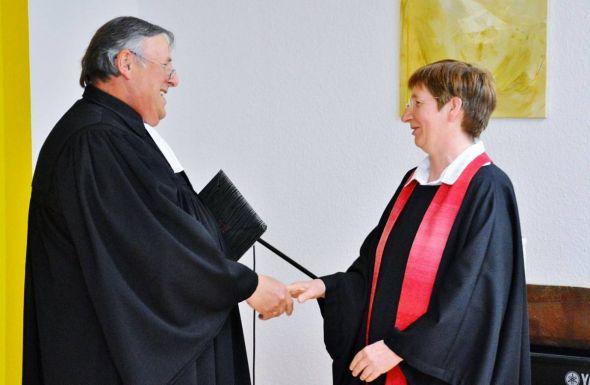 Volkmar keil freut sich, dass Rosemarie Menzel die Ausbildung zur Prädikantin absolvierte…