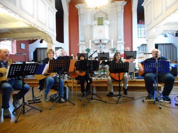 Die Gitarrengruppe der Paulus-Gemeinde. Foto: Anke Gropengießer