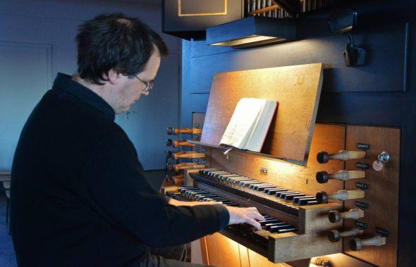 Kreiskantor Jörg Ehrenfeuchter AN der Orgel in der Herzberger Christuskirche