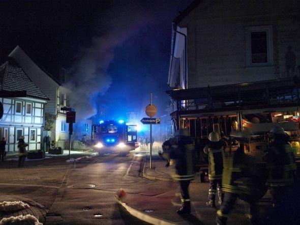 In der Schulstraße und nur wenige Meter weiter an der Ecke zum Weinberg (rechts im Bild) hat es am Mittwoch gleichzeitig gebrannt.