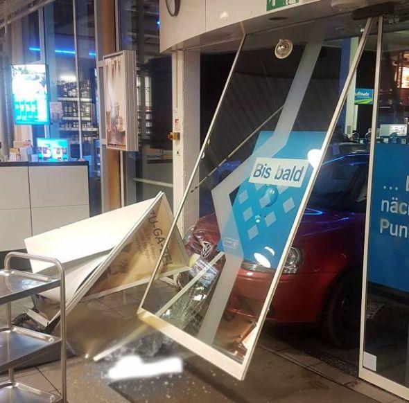 Da stand tatsächlich ein Auto in der Tankstelle... (Foto: Polizei)